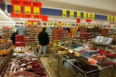 Un cliente compra en un supermercado Lidl en Berlín. 22 de diciembre de 2008. La inflación de la zona euro se mantuvo estable en agosto respecto al mismo mes del año anterior, confirmaron el jueves datos definitivos de la Oficina de Estadísticas de la Unión Europea, Eurostat. REUTERS/Fabrizio Bensch