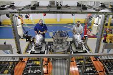 Empleados trabajan en la planta de Kokomo Transmission, Indiana. 17 de marzo de 2014. La producción industrial en Estados Unidos cayó más de lo previsto en agosto, afectada en parte por un fuerte declive en la producción de compañías de servicios básicos, dijo el jueves la Reserva Federal. REUTERS/Fiat Chrysler/Handout via Reuters