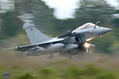 L'Inde est sur le point de conclure l'accord définitif sur l'achat à Dassault Aviation de 36 chasseurs Rafale, a déclaré jeudi un haut fonctionnaire du ministère indien de la Défense. Le montant du contrat doit être arrêté à l'occasion du conseil des ministres qui se tiendra la semaine prochaine. /Photo d'archives/REUTERS/Charles Platiau