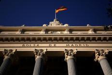 El Ibex-35 de la bolsa española cerró el jueves con un ligero rebote pese a continuar la volatilidad, poniendo fin a cuatro jornadas en rojo en las que se dejó un 4,5 por ciento. En la imagen de archivo, una bandera española en el edificio de la Bolsa de Madrid, el 1 de junio de 2016. REUTERS/Juan Medina