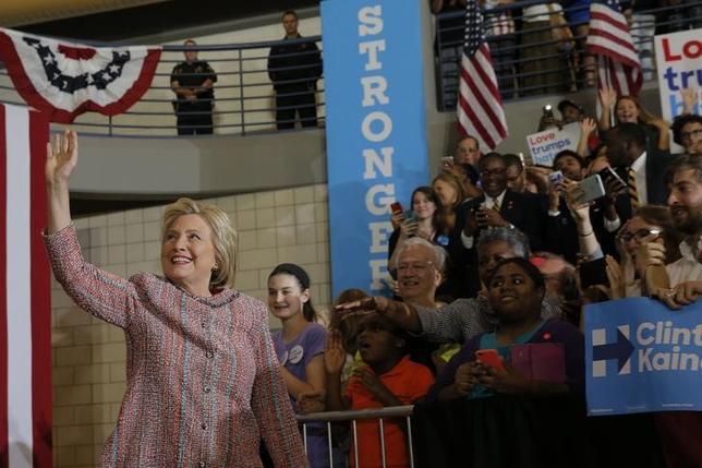 9月15日、肺炎で一時休養していた米大統領選の民主党候補ヒラリー・クリントン氏がノースカロライナ州で選挙戦の遊説を再開した(2016年 ロイター/BRIAN SNYDER)