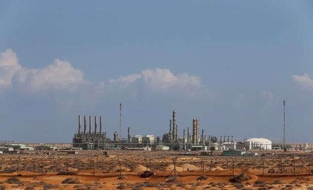 9月15日、リビア国営石油会社は、東部を拠点とする軍が掌握していた主要原油輸出港の一部で輸出を再開する見通しが立ったと明らかにした。ラスラヌフ港で2014年3月撮影(2016年 ロイター/Esam Al-Fetori)