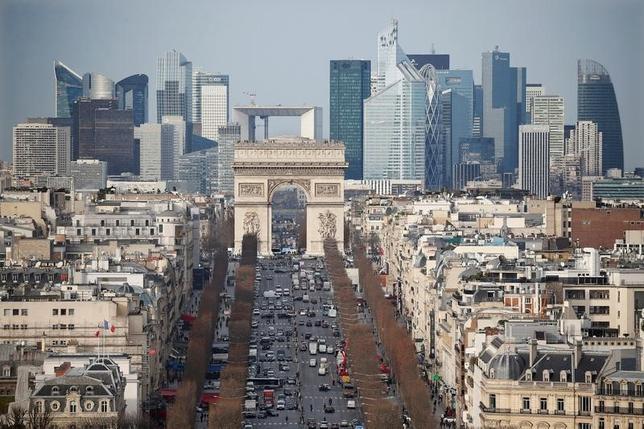 9月15日、フランスで来年5月に行われる大統領選を前に、中道右派候補として有力視される議員らは、2017年の財政赤字のGDP比をEUの定める上限の3%以内におさめるという目標が達成できないという見通しを示している。写真はパリのビジネス街の光景。2016年1月撮影(2016年 ロイター/Charles Platiau)