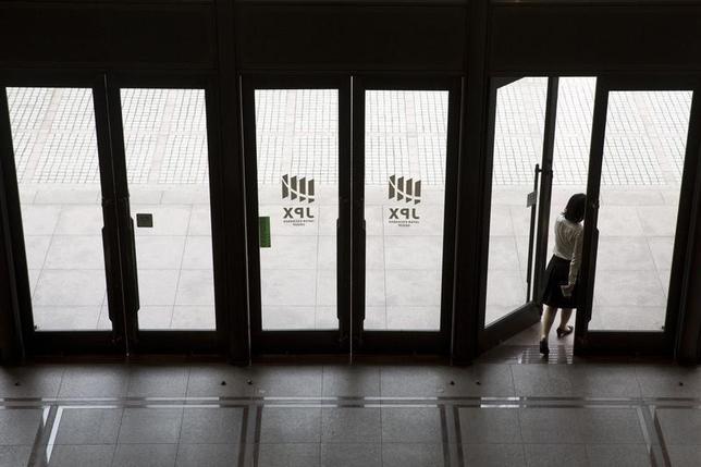 9月16日、前場の東京株式市場で、日経平均株価は前営業日比63円21銭高の1万6468円22銭となり、3日ぶりの反発となった。写真は都内で昨年6月撮影(2016年 ロイター/Thomas Peter)