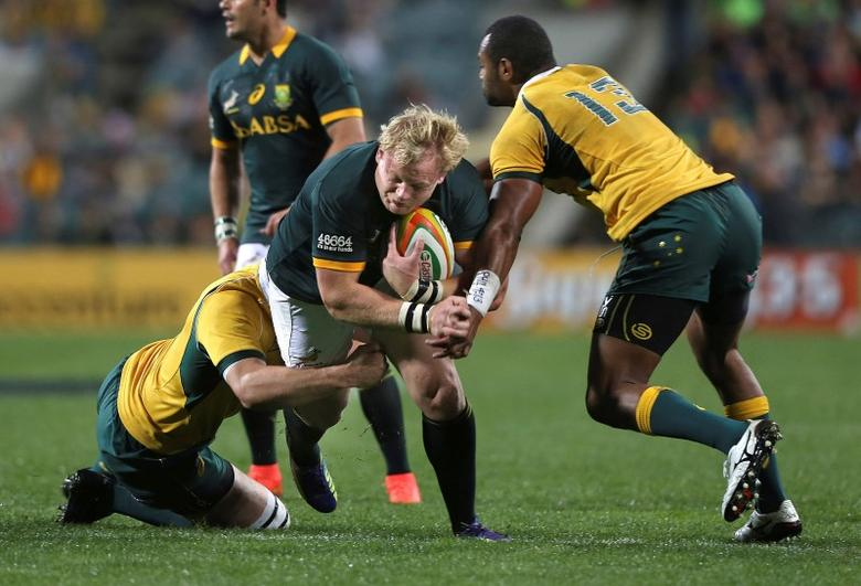 Adriaan Strauss of South Africa's Springboks is tackled by Sam Carter (L) and Tevita Kuridrani (R) of Australia's Wallabies during their Tri-Nations rugby union match at Subiaco Oval in Perth, Western Australia, September 6, 2014.    REUTERS/Stringer (