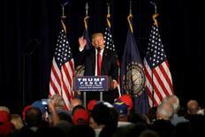 El candidato republicano a la presidencia de Estados Unidos, Donald Trump, presentó el jueves un plan que incluye recortes tributarios por 4,4 billones de dólares, una propuesta menos generosa que los 10 billones del esquema original, pero que ofrece bajar la tasa que pagan los contribuyentes más ricos. En la imagen, Trump habla en un acto de campaña en Laconia, New Hampshire, el 15 de septiembre de 2016.  REUTERS/Mike Segar