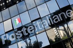 Poste Italiane a acheté au groupe financier public Cassa Depositi e Prestiti une participation de 14,85% dans le spécialiste italien des services de paiement SIA pour 278 millions d'euros. /Photo prise le 30 mai 2016/REUTERS/Alessandro Bianchi