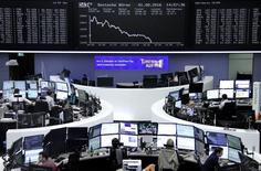 Фондовая биржа Франкфурта-на-Майне. Европейские фондовые рынки начали торги пятницы на отрицательной территории и готовятся показать потери вторую неделю подряд, при этом акции Deutsche Bank упали в связи с тем, что власти США обязали банк выплатить $14 миллиардов за урегулирование претензий.   REUTERS/Staff/Remote