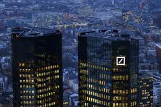 La sede de Deutsche Bank fotografiada al amanecer en Fráncfurt. 26 de enero de 2016. El Departamento de Justicia de Estados Unidos pidió a Deutsche Bankque pague 14.000 millones de dólares para llegar a un acuerdo en una investigación sobre la venta de valores respaldados por hipotecas, dijo el viernes el prestamista alemán. REUTERS/Kai Pfaffenbach/File Photo