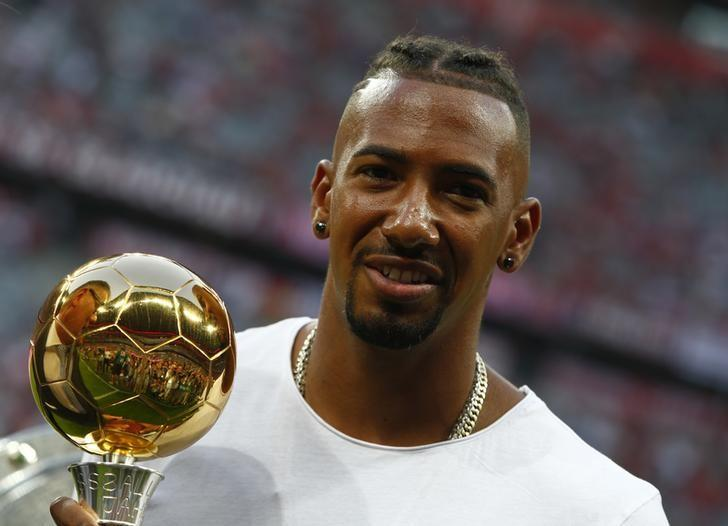 Football Soccer - Bayern Munich v Werder Bremen - German Bundesliga - Allianz Arena, Munich, Germany - 26/08/16 - Bayern Munich's Jerome Boateng poses with his German Footballer of the Year 2015-16 trophy before the match    REUTERS/Michaela Rehle.