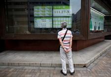 Un hombre mira una pantalla que muestra la tasa cambiaria entre el yen japonés y el euro, afuera de una correduría en Tokio, Japón. 6 de julio de 2016. LEl índice Nikkei de la bolsa de Tokio rebotó el viernes desde un mínimos en tres semanas luego de que las acciones ligadas a Apple treparon por las fuertes ventas del nuevo iPhone 7 y los valores de los bancos se recuperaron. REUTERS/Issei Kato