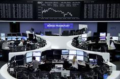 Operadores trabajando en la Bolsa de Fráncfort, Alemania. 9 de septiembre de 2016. Las bolsas europeas se encaminaban a una caída semanal el viernes, lastradas por un retroceso de los papeles de Deutsche Bank luego de que el banco dijo que el Gobierno de Estados Unidos le está pidiendo que pague una fuerte suma de dinero para zanjar un caso sobre hipotecas. REUTERS/Staff/Remote