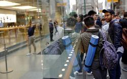 Fanáticos de Apple Inc desde Sídney a Shanghái, los primeros clientes a nivel mundial en acceder al nuevo iPhone 7 en las tiendas, vitorearon al salir de los comercios el viernes con sus compras en mano, flanqueados por personal de ventas que los aplaudían. En la imagen, clientes de Apple espera fuera de su tienda en Sídney, el 16 de septiembre de 2016.    REUTERS/Steven Saphore