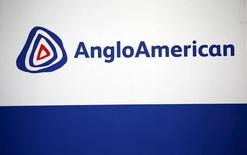 El logo de Anglo American visto en Rusternburg. 5 de octubre de 2015. La minera Anglo American dijo el viernes que logró un acuerdo con los trabajadores en huelga en su mina de cobre Los Bronces en Chile, lo que pone fin a una semana de paralización en el yacimiento estrella de la compañía. REUTERS/Siphiwe Sibeko