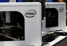 Intel a relevé vendredi sa prévision de chiffre d'affaires trimestriel pour la première fois depuis plus de deux ans en arguant d'une amélioration de la demande d'ordinateurs individuels. /Photo prise le 15 septembre 2016/.   REUTERS/Kim Kyung-Hoon