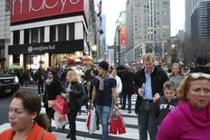 Люди с покупками идут по Манхэттену, Нью-Йорк. Потребительские цены в США выросли сильнее, чем ожидалось, в августе, поскольку увеличение расходов на аренду и здравоохранение компенсировало спад цен на бензин, указав на стабильный рост инфляции, что может позволить Федеральной резервной системе повысить ставку в 2016 году. REUTERS/Pearl Gabel/File Photo