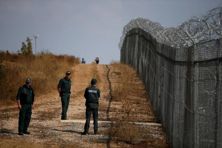 Bulgarian border policemen stand near the barbed wire fence constructed on the Bulgarian-Turkish border, near Lesovo, Bulgaria September 14, 2016. REUTERS/Stoyan Nenov