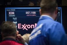 Трейдеры следят за котировками ExxonMobil на Нью-Йоркской фондовой бирже 5 марта 2015 года. Прокурор Нью-Йорка Эрик Шнайдерман проверяет методы ведения отчетности Exxon Mobil Corp и выясняет, почему гигант энергетики не списывал стоимость активов после падения цен на нефть, сообщил источник, знакомый с ситуацией. REUTERS/Brendan McDermid
