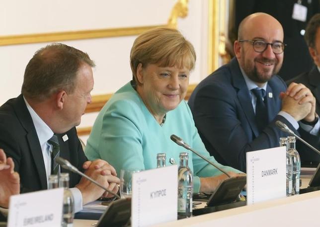 9月16日、EU非公式首脳会議は英国の離脱決定後に傷んだ信頼を回復する戦略の「行程表」を策定する方針で一致した。写真はサミット会場で撮影、左からデンマークのラスムセン首相、メルケル独首相、ベルギーのミシェル首相。(2016年 ロイター/Yves Herman)