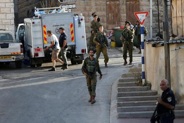Israeli forces gather near the scene of what the Israeli military said was a stabbing attack by a Palestinian, in Tal-Rumida in the West Bank city of Hebron September 16, 2016. REUTERS/Mussa Qawasma