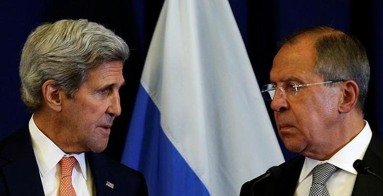 Estados Unidos y Rusia coincidieron en que el cese de hostilidades que comenzó el lunes en Siria ha sido mayoritariamente respetado y debería extenderse durante otras 48 horas, a pesar de hechos de violencia esporádicos, dijo el miércoles el Departamento de Estado estadounidense. En la imagen, el secretario de Estado de EEUU, John Kerry, y el ministro de Exteriores ruso, Sergei Lavrov, se miran el uno al otro en una rueda de prensa en Ginebra, Suiza, el 9 de septiembre de 2016. REUTERS/Kevin Lamarque