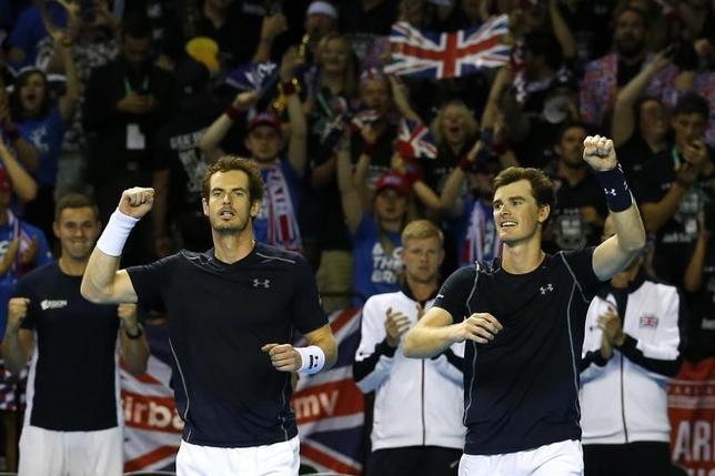 9月17日、男子テニスの国別対抗戦、デビス杯WG準決勝、英国はグラスゴーでアルゼンチンと対戦。ダブルスでアンディ(左)とジェイミー・マリー(右)兄弟組が勝ち、英国が通算1勝2敗で決勝進出に望みをつないだ(2016年 ロイター)
