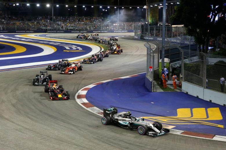 Formula One - F1 - Singapore Grand Prix - Marina Bay, Singapore- 18/9/16 Mercedes' Nico Rosberg of Germany leads after the start of the race. REUTERS/Edgar Su
