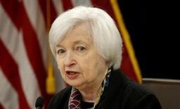 Si la présidente de la Réserve fédérale américaine, Janet Yellen, veut prouver qu'elle n'est pas soumise aux pressions des marchés, cette semaine pourrait lui fournir une occasion rare en relevant les taux d'intérêt dès mercredi. /Photo prise le 16 mars 2016/REUTERS/Kevin Lamarque