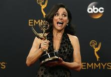"""Julia Louis-Dreyfus posa com prêmio Emmy de Melhor Atriz em Série de Comédia por papel em """"Veep"""".    18/09/2016          REUTERS Mario Anzuoni"""