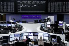 Las acciones europeas cerraron al alza el lunes, tras dos  semanas de pérdidas, gracias a un modesto rebote liderado por los sectores financieros y materias primas. En la foto, la Bolsa de Fráncfort el 19 de septiembre 2016. REUTERS/Staff/Remote