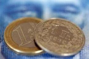 2011年8月8日,图为一张瑞郎纸币上的欧元硬币和瑞郎硬币。REUTERS/Christian Hartmann