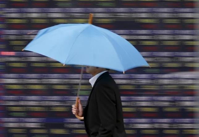 9月20日、東京株式市場で日経平均は小反落した。国内連休中の米国株が下落したことで序盤から売りが優勢の展開。写真は都内で2015年4月撮影(2016年 ロイター/Issei Kato)