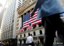 Люди проходят мимо здания Нью-Йоркской фондовой биржи 15 сентября 2016 года.  REUTERS/Brendan McDermid