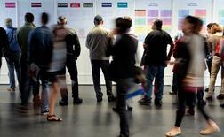 Demandeurs d'emploi. L'Unedic a annoncé mardi prévoir une baisse de 124.000 du nombre de demandeurs d'emploi en catégorie A cette année alors qu'elle tablait sur -25.000 lors de ses prévisions du mois de février. /Photo d'archives/ REUTERS/Eric Gaillard