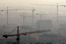 La société d'investissement immobilier Eurosic l'a emporté sur le groupe immobilier Gecina dans la bataille d'OPA pour prendre le contrôle de Foncière de Paris. Eurosic était en mesure de détenir 76,70% du capital et des droits de vote de Foncière de Paris à la clôture des offres le 15 septembre, contre 13,61% pour Gecina, selon le résultat provisoire des deux offres publiques d'achat concurrentes diffusé mardi soir par l'Autorité des marchés financiers (AMF). /Photo d'archives/REUTERS/Jean-Paul Pelissier