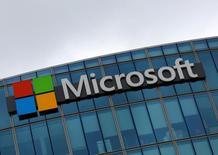 Foto de archivo del logo de Microsoft en Issy-les-Moulineaux, Francia. Ago 8, 2016. Microsoft Corp aumentó el martes su dividendo trimestral en un 8 por ciento y dijo que como parte de su nuevo programa de recompra de acciones adquiriría hasta 40.000 millones de dólares. REUTERS/Jacky Naegelen
