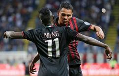 Mbaye Niang e Carlos Bacca comemoram gol do Milan.  20/9/2016.  REUTERS/Max Rossi