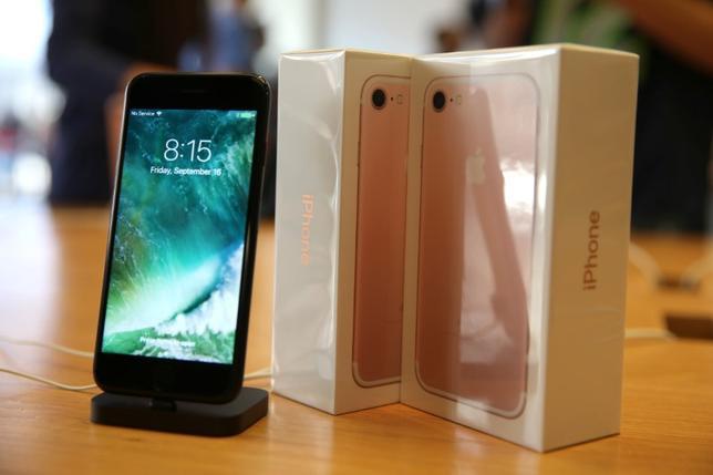 9月20日、IHSマークイットの調査で、米アップルの新型スマートフォン「iPhone7」の製造コストが従来機の「6S」を上回っていることが分かった。ロサンゼルスで16日撮影(2016年 ロイター/LUCY NICHOLSON)