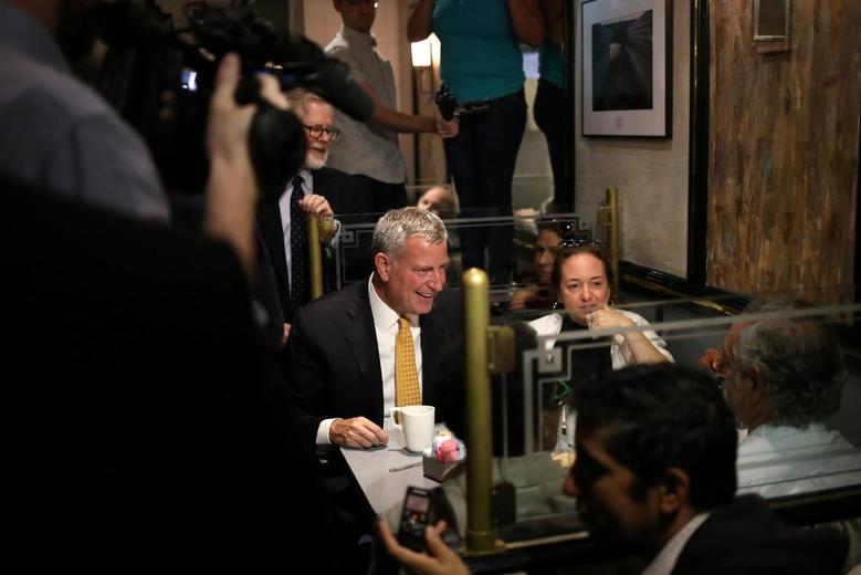 New York Mayor Bill de Blasio meets with customers at Malibu Diner in Chelsea, three days after an explosion in the neighborhood wounded 29 in the Manhattan borough of New York, U.S. on September 20, 2016. REUTERS/Alex Wroblewski