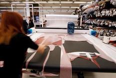 La industria española redujo en julio un 2,8 por ciento interanual su facturación y hasta un 8 por ciento sus entradas de pedidos, según datos corregidos de efectos estacionales y de calendario conocidos el miércoles, que reflejaron una caída en la actividad de un sector que parece ajeno a la inercia del resto dindusrye la economía. En la imagen de archivo, un empleado en una fábrica textil, el 29 de mayo de 2013.   REUTERS/Gustau Nacarino