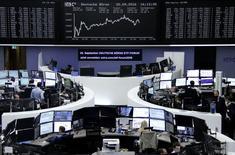Las bolsas europeas subían el miércoles respaldadas por un repunte de los bancos, después de que una revisión de la política del Banco de Japón impulsara activos de riesgo en todo el mundo. En la imagen, operadores trabajan en sus mesas delante del índice alemán DAX en Fráncfort, Alemania, el 20 de septiembre de 2016. REUTERS/Staff/Remote