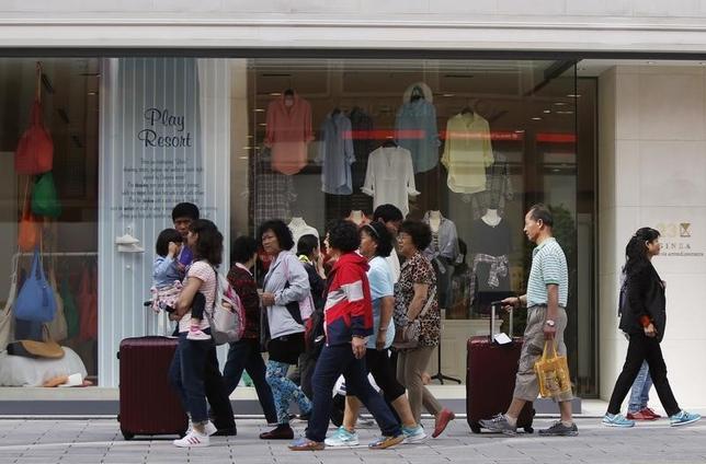 9月21日、政府観光局(JNTO)が発表した8月の訪日外国人客数(推計値)は、前年同月比12.8%増の204万9000人だった。8月として過去最高を記録した。写真は都内で2014年5月撮影(2016年 ロイター/Yuya Shino)