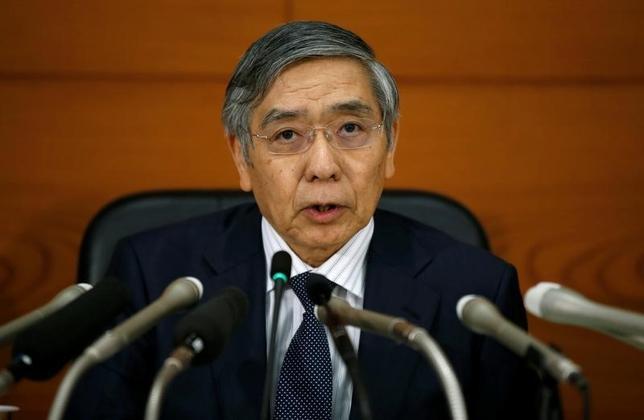 9月21日、日銀の黒田東彦総裁(写真)は会見で、金融緩和の主たる目安を従来の量から金利にシフトしたことで、これまで年間80兆円を維持してきた国債買い入れ額が「上下する」と指摘した。同時に「テーパリング(緩和縮小)ではない」とも述べ、金融緩和後退との疑念をけん制した。日銀で撮影(2016年 ロイター/Toru Hanai)