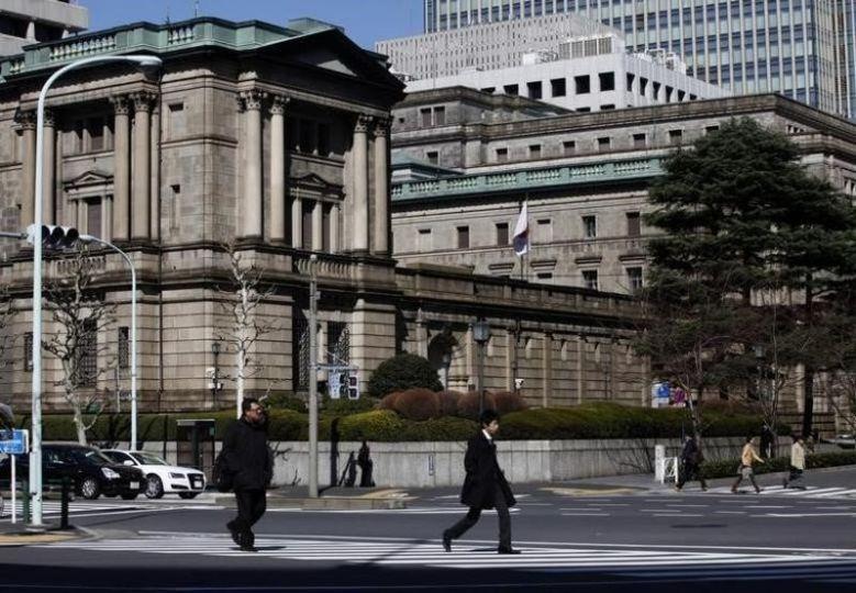 2012年3月13日,行人经过日本央行总部大楼。 REUTERS/Yuriko Nakao