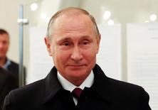 Владимир Путин на избирательном участке в Москве во время парламентских выборов. Российский президент Владимир Путин, вероятно, будет участвовать в выборах президента 2018 года и может перейти к еще более жесткому стилю управления, чтобы подавить возможные волнения из-за спада экономики, сказал ведущий аналитик ЦРУ, занимающийся Россией. REUTERS/Grigory Dukor