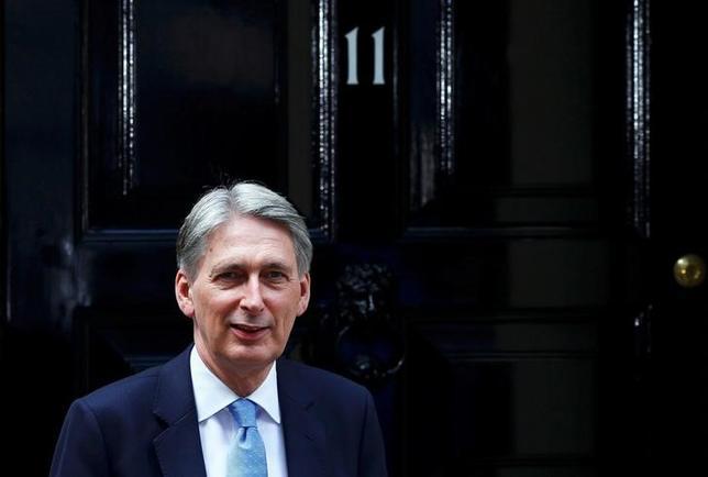 9月21日、英国のハモンド財務相(写真)は、経済協力開発機構(OECD)が来年の英国の経済成長率を下方修正したが、景気押し上げに必要な施策を政府が有していることを確信していると述べた。7月撮影(2016年 ロイター/Neil Hall/File Photo)