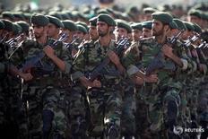 Бойцы Корпуса страже исламской революции на параде в Тегеране 22 сентября 2007 года. Иран отметил годовщину вторжения на свою территорию войск Ирака в 1980 году, представив новейшие корабли и ракеты и посоветовав США не вмешиваться в дела стран Персидского залива. REUTERS/Morteza Nikoubazl/File Photo