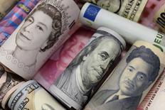 Billetes de euro, dólar de Hong Kong, dólar estadounidense, yen japonés, libra británica y yuan chino, en esta fotografía ilustrativa tomada en Pekín. 21 de enero de 2016. El yen repuntaba el miércoles por el escepticismo de los inversores respecto a si las nuevas medidas del Banco de Japón serán suficientes para generar inflación, y por la cautela de muchos frente al dólar antes del anuncio de política monetaria de la Reserva Federal de Estados Unidos más tarde en el día. REUTERS/Jason Lee/File Photo