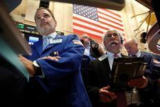 La Bourse de New York a fini en nette hausse mercredi, après la décision de la Réserve fédérale de laisser sa politique monétaire inchangée tout en laissant clairement entendre qu'elle envisageait de relever les taux d'intérêt d'ici la fin de l'année. L'indice Dow Jones a gagné 163,81 points, soit 0,9%, à 18.293,77.  /Photo prise le 9 septembre 2016/REUTERS/Brendan McDermid