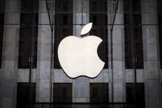El logo de Apple en una tienda de la compañía en Manhattan, jul 21, 2015. Apple Inc está en conversaciones con McLaren Technology Group para realizar una inversión estratégica o una potencial compra de la empresa dueña del equipo británico de Fórmula Uno, informó el diario Financial Times citando fuentes.  REUTERS/Mike Segar/File Photo